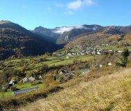 Village au pied des montagnes